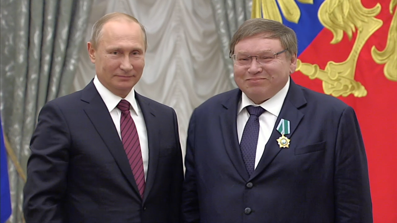 Владимир Путин наградил Рамазана Абдулатипова Орденом Александра Невского