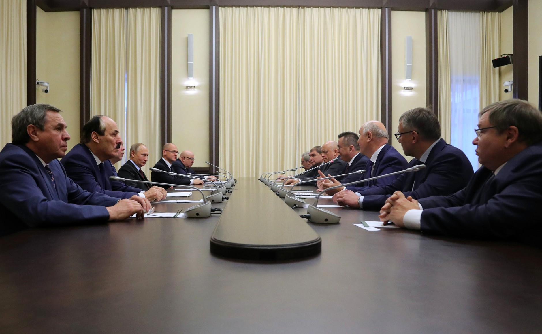 Путин: Экс-губернаторы работали всложных финансовых условиях