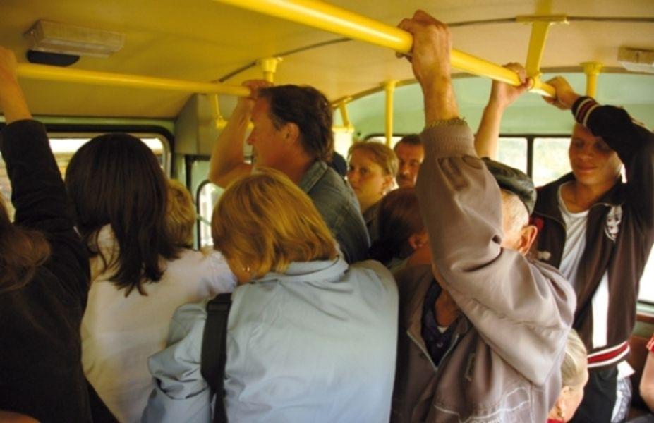 Прижимается в автобусе видео фото 728-694